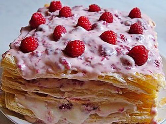 Кусок слоеного торта с ягодоми