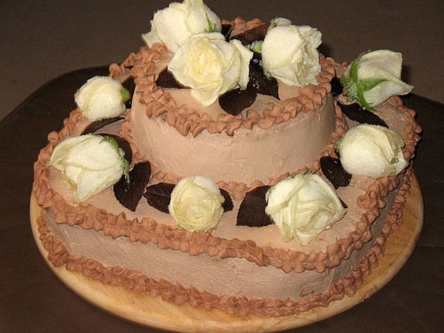 Красивый торт с белыми розами