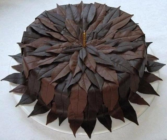 Торт с украшением коричневыми листьями