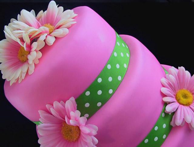 Розовый торт с ромашками