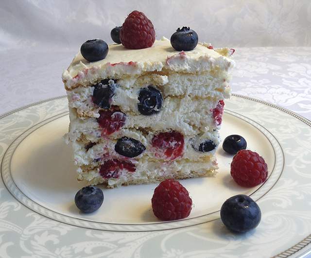Кусок торта с лесными ягодами
