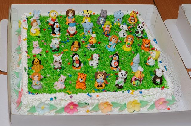 Торт с фигурками зверей
