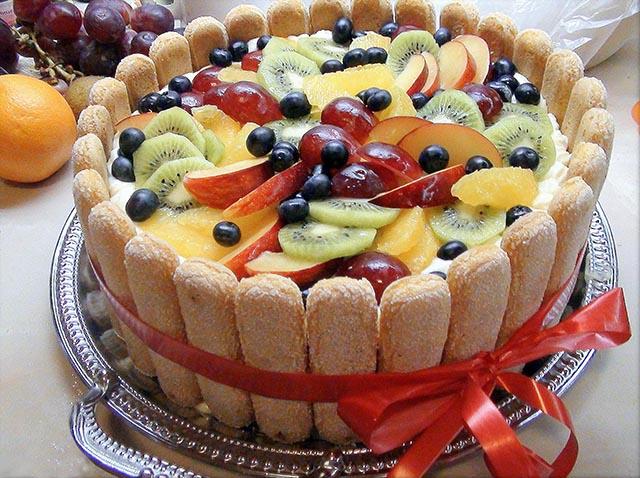 Наполеон украшенный фруктами