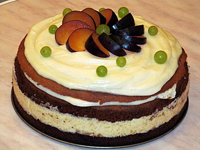 Торт украшенный фруктами