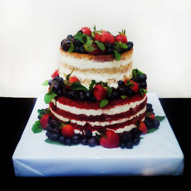 Многоярусный торт с фруктами
