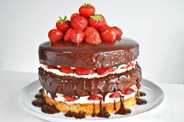 Бисквит облитый шоколадом с клубникой