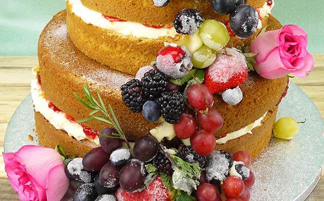 Аппетитные фрукты на торте