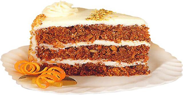 Кусок морковного торта на тарелке