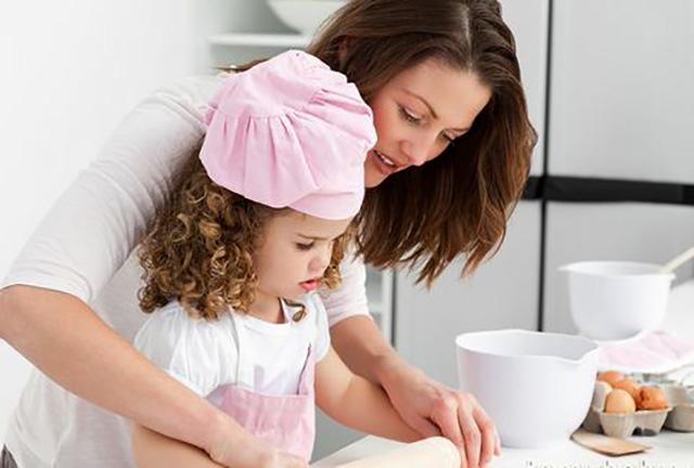 Мама с дочкой готовят