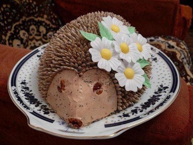 Торт в виде ежа с ромашками