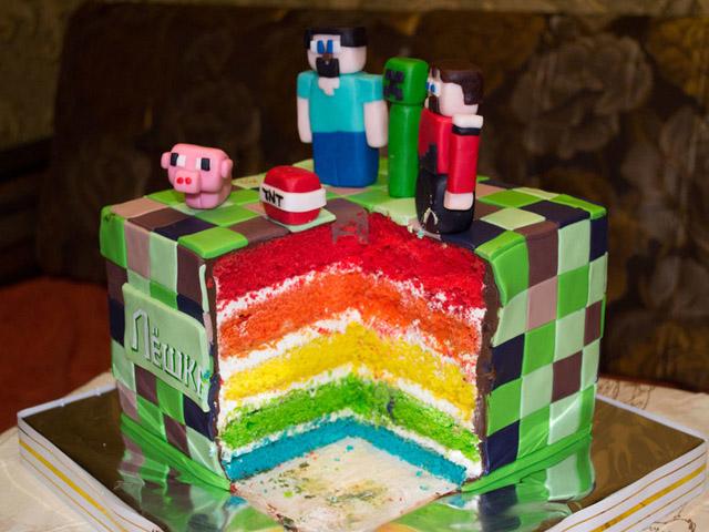 Торт с фигурками из майнкрафт