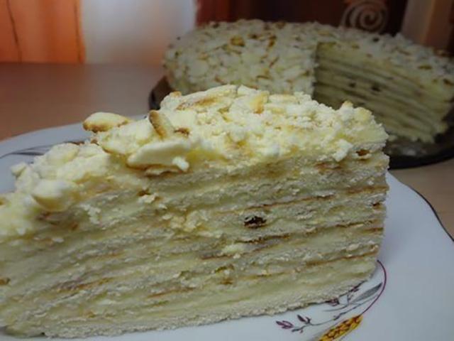 Кусок торта с заварным кремом