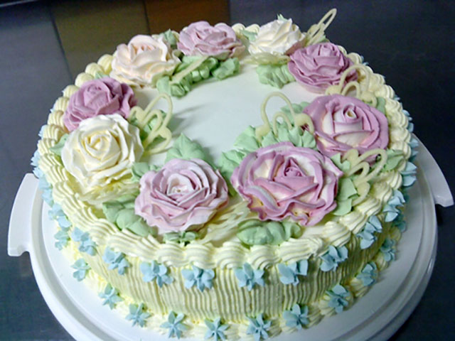 Торт с белыми и розовыми розами