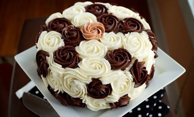 Украшение из коричнево-белых роз