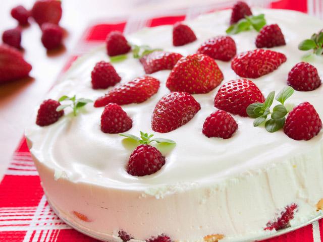 Торт из клубники и творога