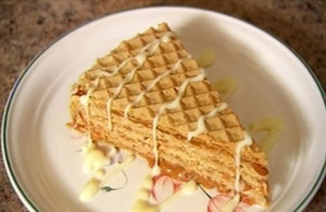 Кусок вафельного торта на блюдце