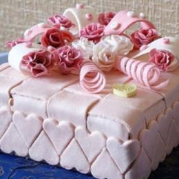 Торт с украшениями в виде серпантина
