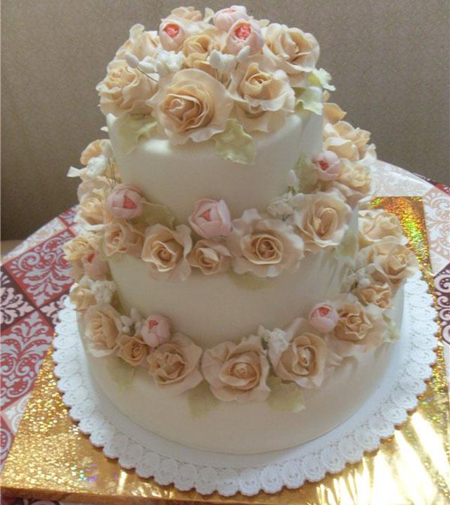 Ванильный многоярусный торт с розами
