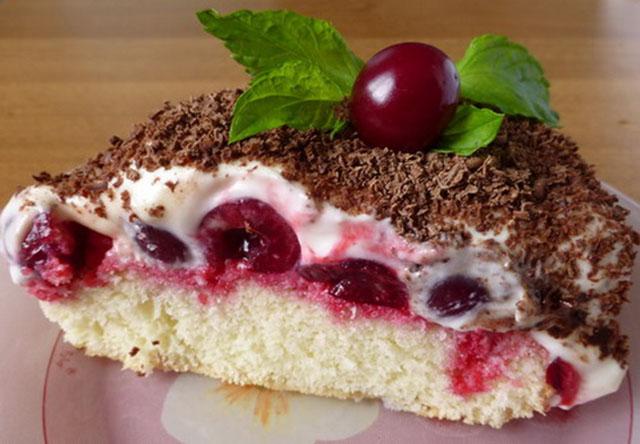 Кусок бисквитного торта с вишней