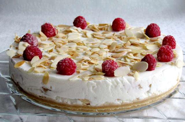 Торт с малиной и орехами