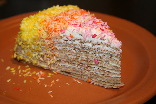 Блинный торт посыпанный сладкой стружкой