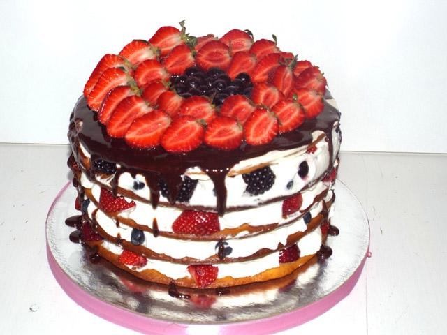 Торт с шоколадом и клубникой