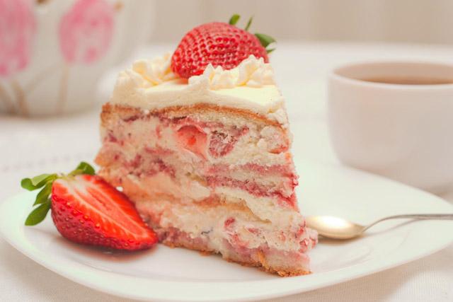 Торт с кремом и клубникой