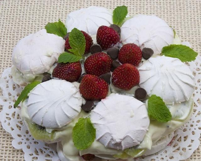 Торт с зефиром и клубникой
