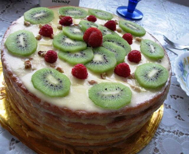 Торт с киви и малиной