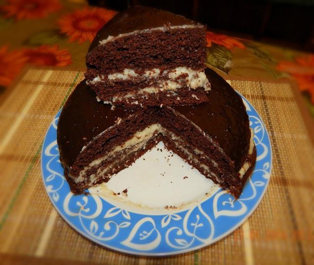 Шоколадный торт на тарелке