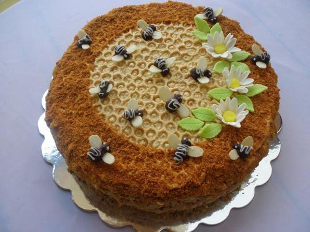 Медовик со сметанным кремом - самый распространенный вариант торта
