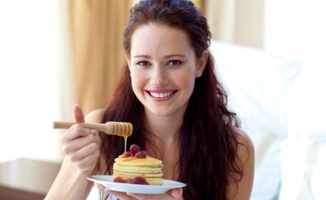 Девушка с десертом