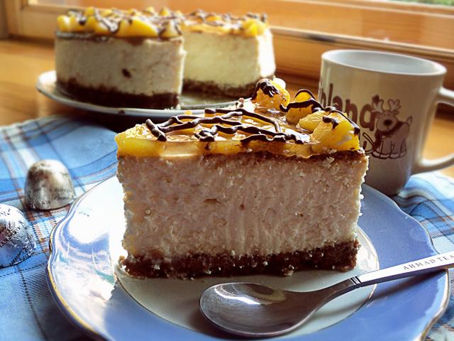 Торт на тарелке с ложкой