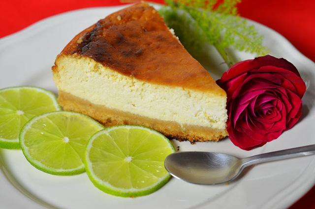 Чизкейк с розой на тарелке