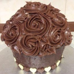 Шоколадный десерт с украшением