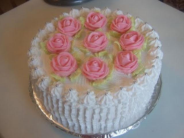 торт с кремом и украшением
