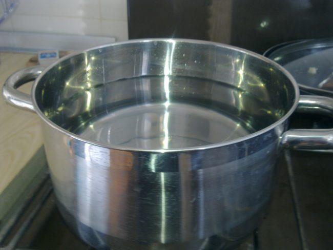 В емкость залить 500 мл воды, добавить лимонный сок
