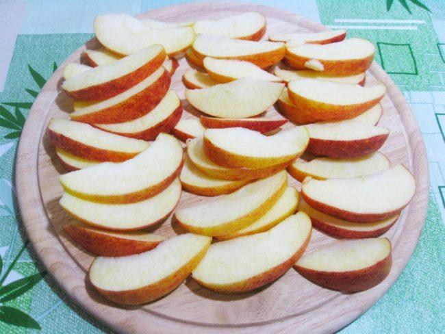 Розочки из слоеного теста и яблок