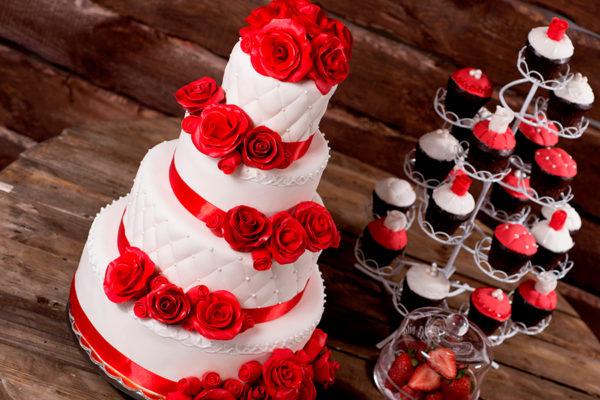 Свадебный торт красный с блестками