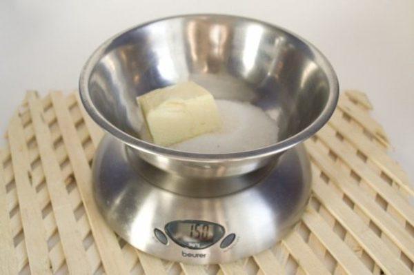 Соединить сахар с маслом