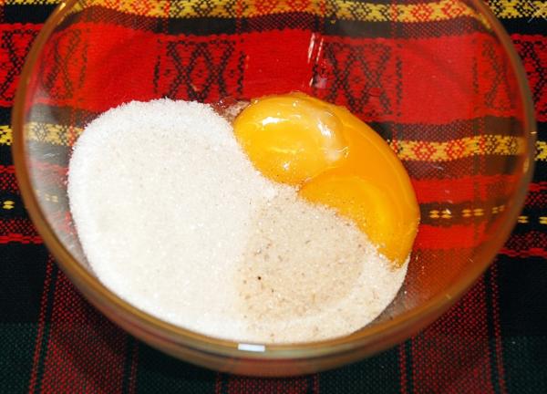 Смешать сахар с яйцами