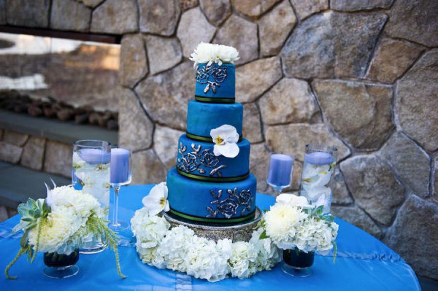 Свадебный торт с лилиями из мастики
